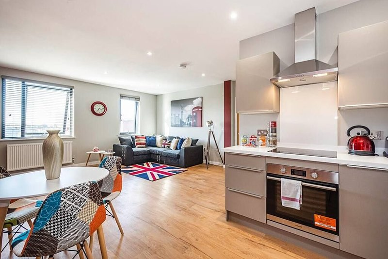 Spacious and Immaculate London-themed home with balcony for you!, vacation rental in Slough