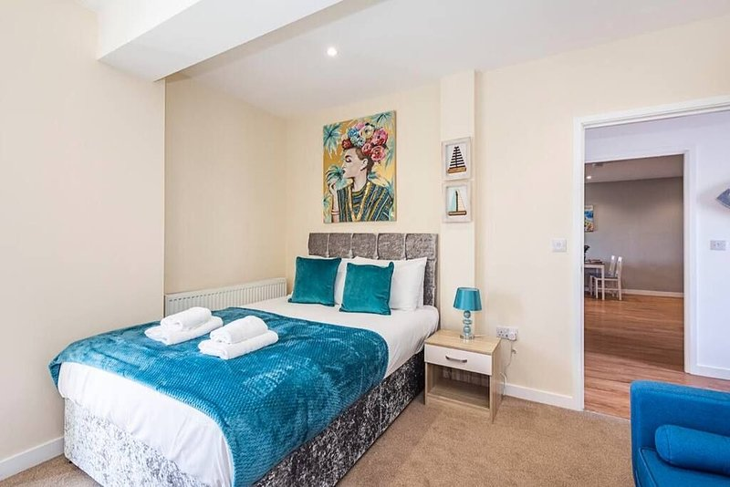 Unwind In This Prestigious Central with balcony Apartment!, vacation rental in Slough