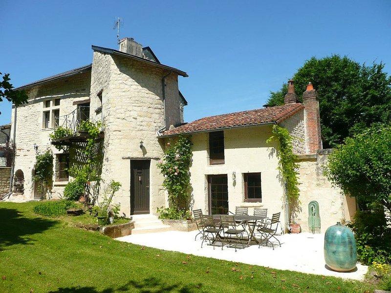 Gîte à la campagne - maison 17ème siècle - piscine - parc - proche Futuroscope, aluguéis de temporada em Naintre