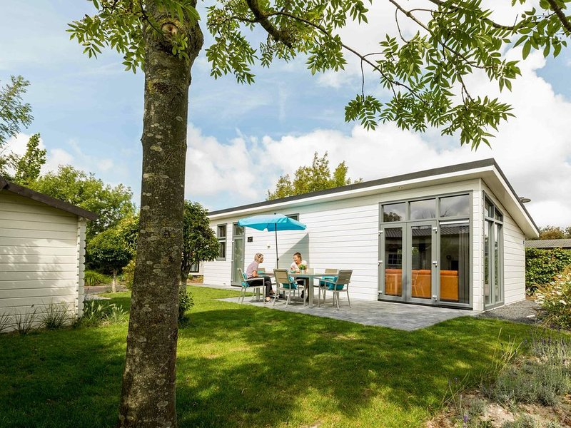 Beautiful 5-person bungalow with terrace, vacation rental in Vlijmen