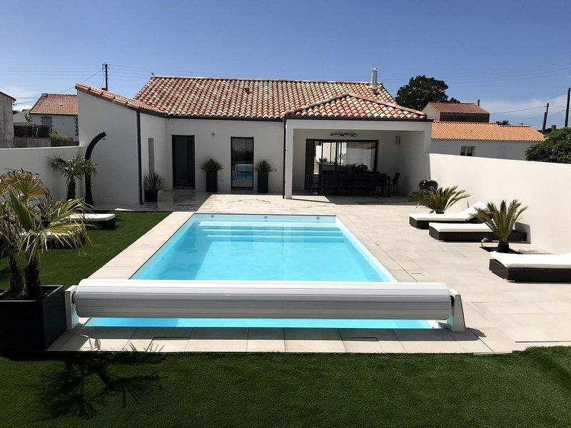 Villa avec piscine chauffée,  centre ville à 3 min, plage centrale 7 min à pied, holiday rental in La Tranche sur Mer