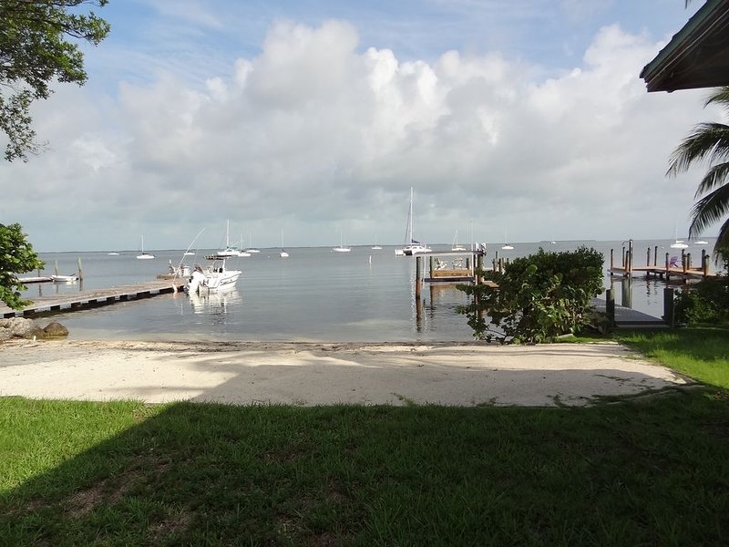 Private Bay Front House In Key Largo On 1/2 Acre of Land, location de vacances à Key Largo
