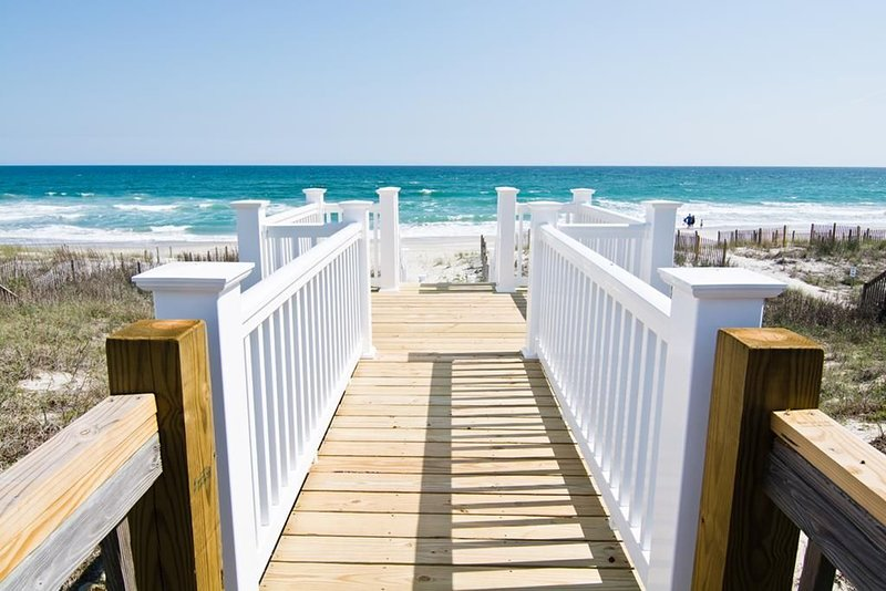 A Family-Friendly Dream Vacation - Oceanfront Beach Retreat - Private Tiki Bar/C, holiday rental in Cedar Point