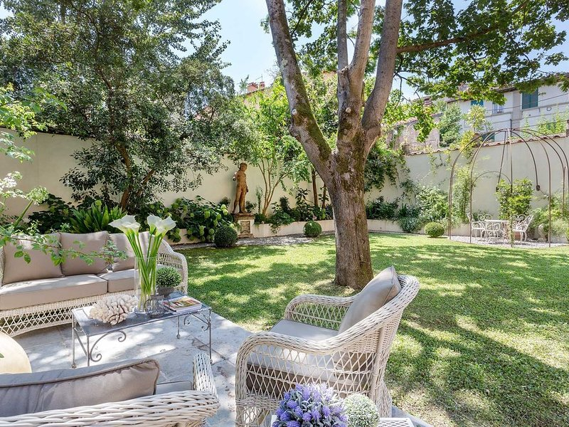 LA CASINA Luxury Apartment inside the Walls of Lucca with Garden, A/c, Wifi, vacation rental in Lucca