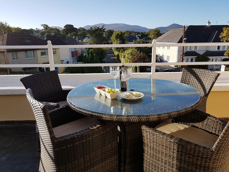 Cozy townhouse, 2-minute walk from town & National Park, holiday rental in Kilcummin