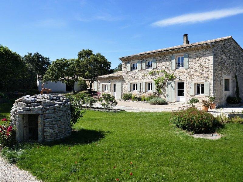 Mas en pierre pour 8 personnes avec piscine sur Taulignan, casa vacanza a Reauville