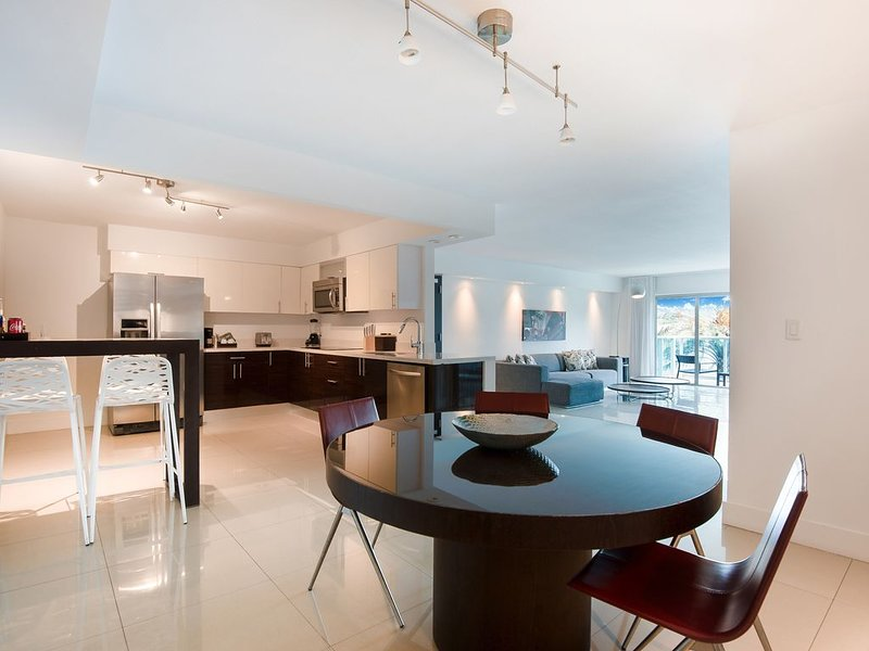 Spacious 2/2 with balcony in the heart of Bal Harbour steps away from the beach, casa vacanza a Bal Harbour