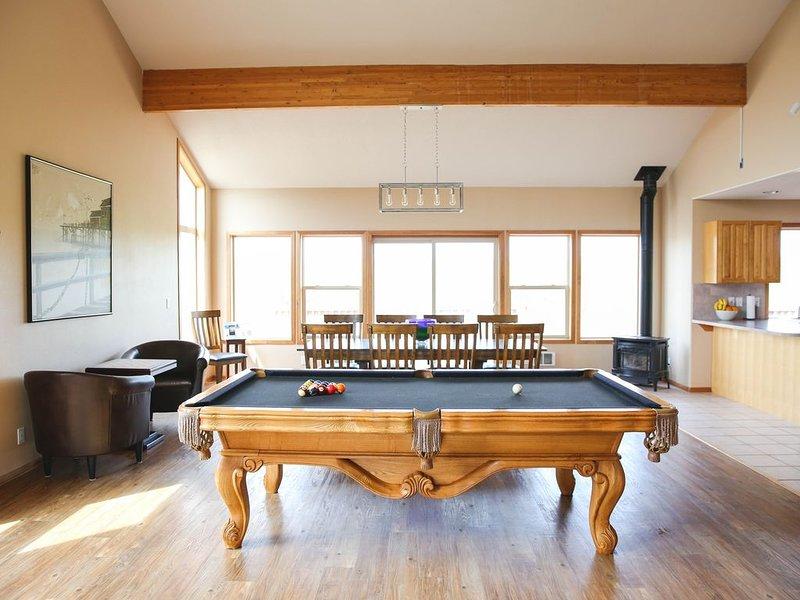 Reduced Rates! Remodeled pet-friendly beachfront 4bd, 3ba pool table, steam room, location de vacances à Waldport