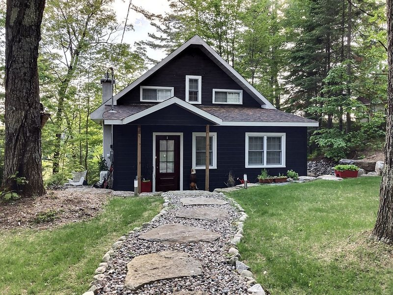 4 Bedroom, fully renovated house perched on a hill on Rawdon Lake - Quebec, holiday rental in Sainte-Lucie-des-Laurentides