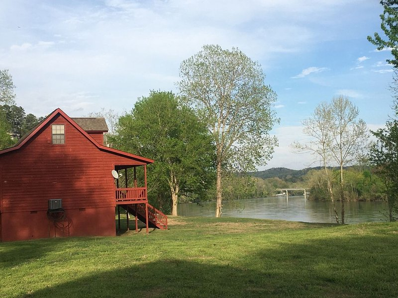 Cabin on the White River. Famous for clean, cold water and record size trout!, alquiler vacacional en Jordan