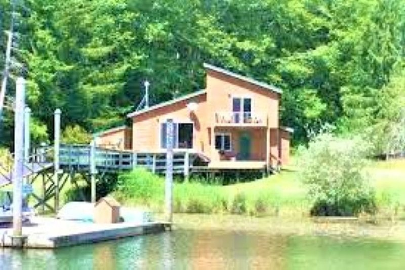 Paradise Cabin on Tenmile Lake, vacation rental in Reedsport
