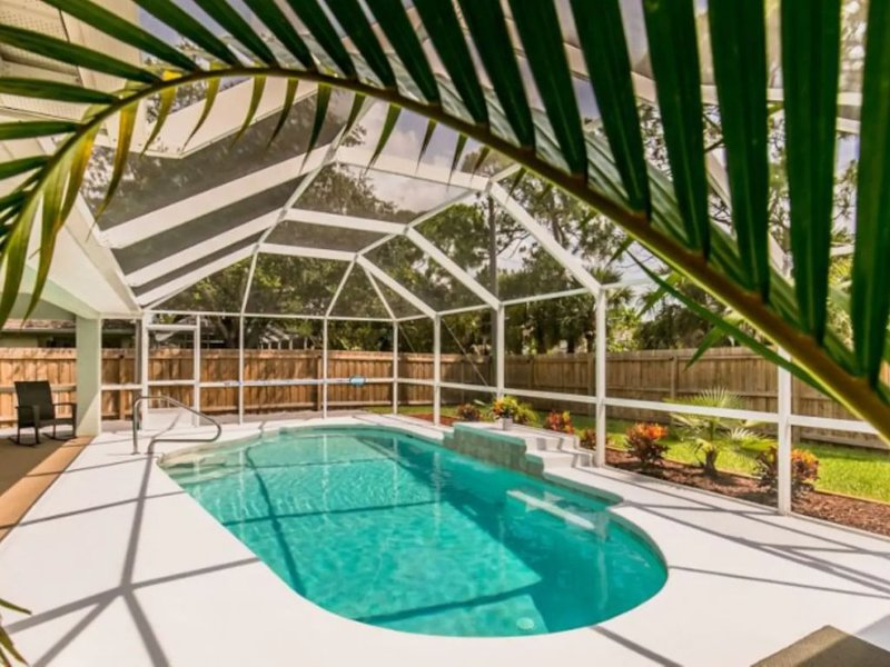 ��Waterfall Pool! Beautiful Patio, Pet Friendly and Fenced Area, Near Beaches!, vacation rental in Sebastian