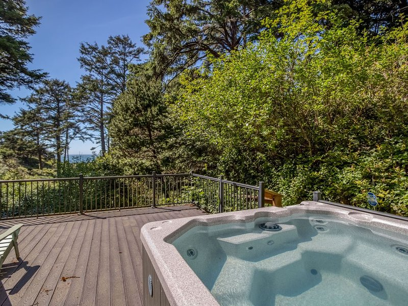 Sauna, Hot Tub, King Suite, Game Room and More in this Ocean View Home, holiday rental in Depoe Bay