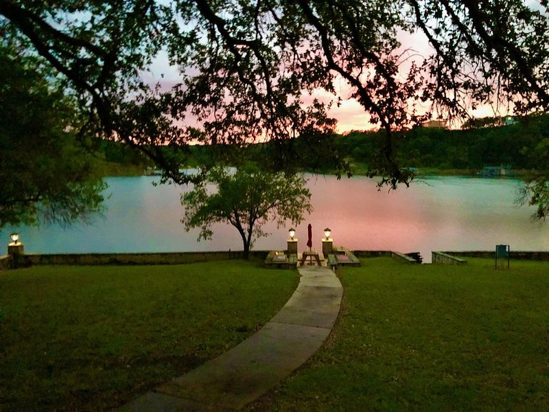 BIRDHOUSE COTTAGE: Lake Travis views & steps to the water for swimming & fishing, vacation rental in Briarcliff