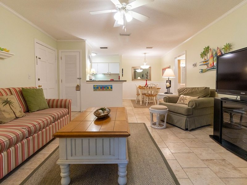 1BR Ground Floor Condo with Screened-in Porch! Steps away from Pool!, holiday rental in Saint Simons Island