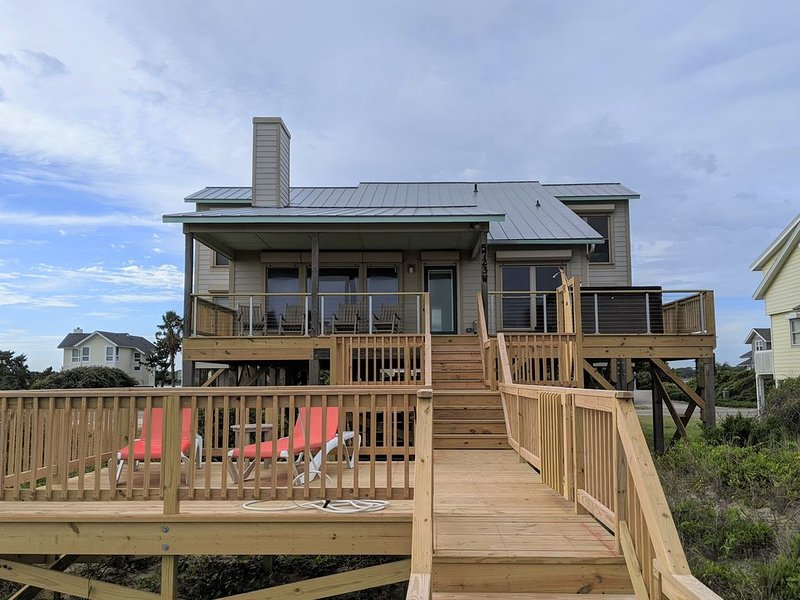 Become an AQUAHOLIC in this oceanfront, dog friendly home on Oak Island!, holiday rental in Oak Island