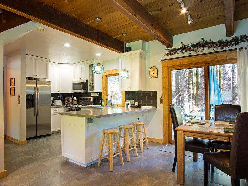 Walk To Lake Tahoe And Private Beach/Pier, Remodeled Kitchen!, location de vacances à Homewood