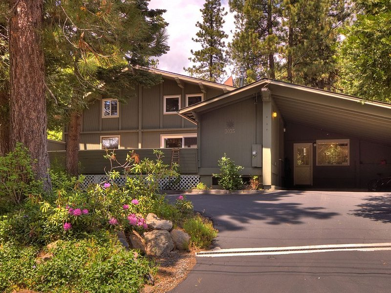 Walk to Lake and Skylandia Beach, close to Tahoe City! Fenced Yard, Summer Cotta, casa vacanza a Tahoe City