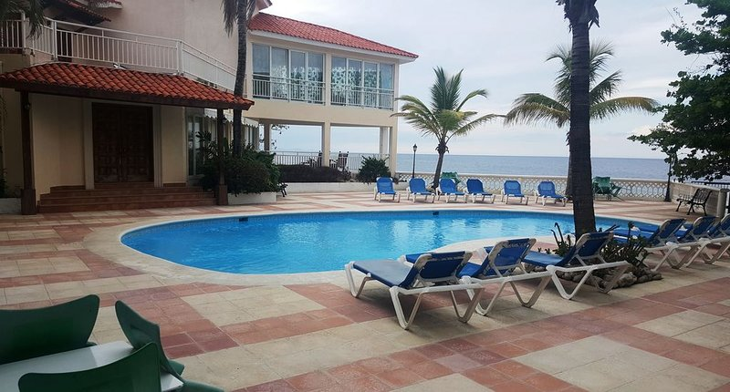 1BD groundfloor condo in beachfront resort, near shops, perfect for couples, vacation rental in Sosua