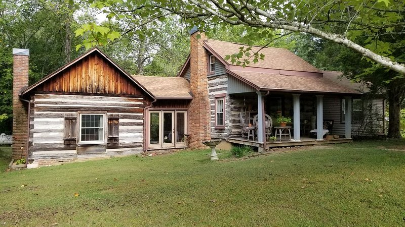 Authentic 1800s Century Kentucky Log Cabin Land Bewteen the Lakes, holiday rental in Cadiz