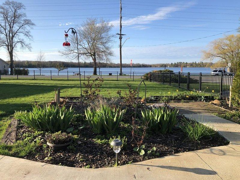 Bass Lake Views & Access. Walk Downtown Elk Rapids., location de vacances à Kewadin