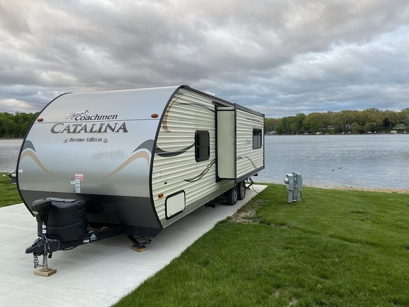 Coachmen Catalina Travel Trailer on Private Waterfront Campsite, aluguéis de temporada em Hickory Corners