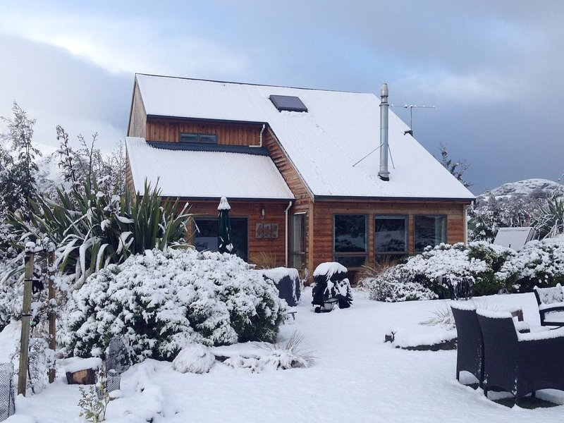 Arrowtown Cottage® - Gorgeous setting, quality chattels, Springfree trampoline, holiday rental in Gibbston