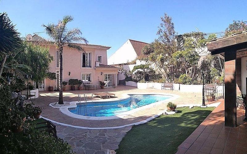 Villa de lujo con piscina y gimnasio completo a 500m de playa y puerto deportivo, location de vacances à Radazul