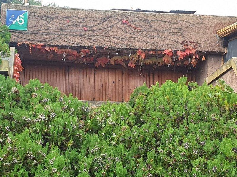monolocale con terrazzo  in villaggio turistico Cugnana Verde, holiday rental in Portisco