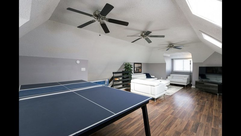 5 King Beds+ 3 Living Rooms+ 2 Kitchens+ PING PONG, alquiler de vacaciones en Kansas City