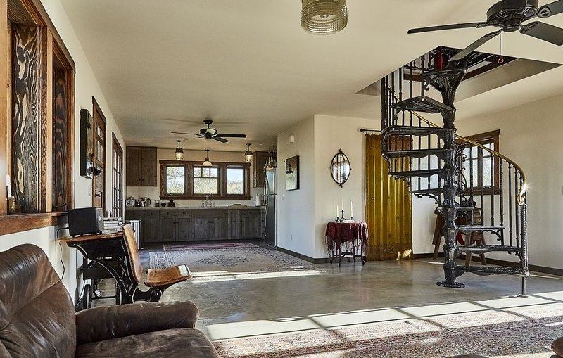 Experience the Victorian-West *Riot Material Ranch, vacation rental in Pioneertown