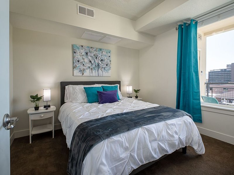 Downtown View Apartment ♦️ King Bed ♦️ 4K TV ♦️ Fast WIFI, holiday rental in Salt Lake City