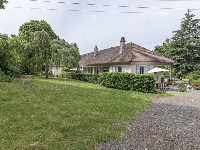 Alluring Holiday Home in Cuzy with Swimming Pool, vacation rental in Saint-Didier-sur-Arroux