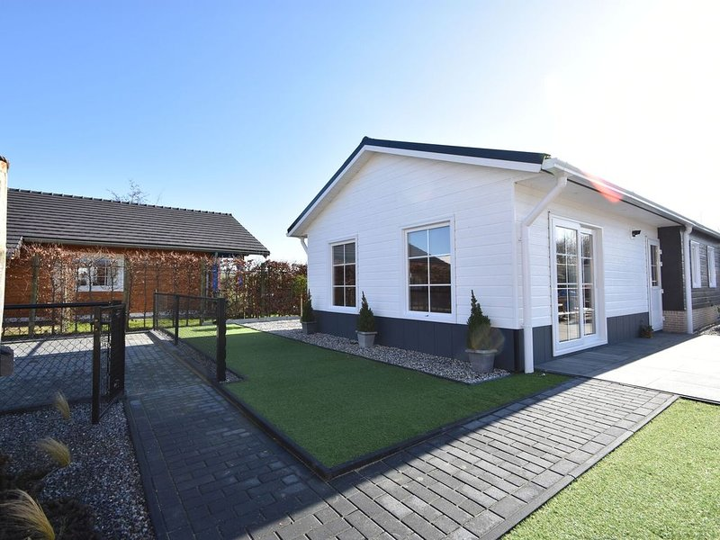 Premium Chalet in Sint Annaland with Garden, vakantiewoning in Stavenisse