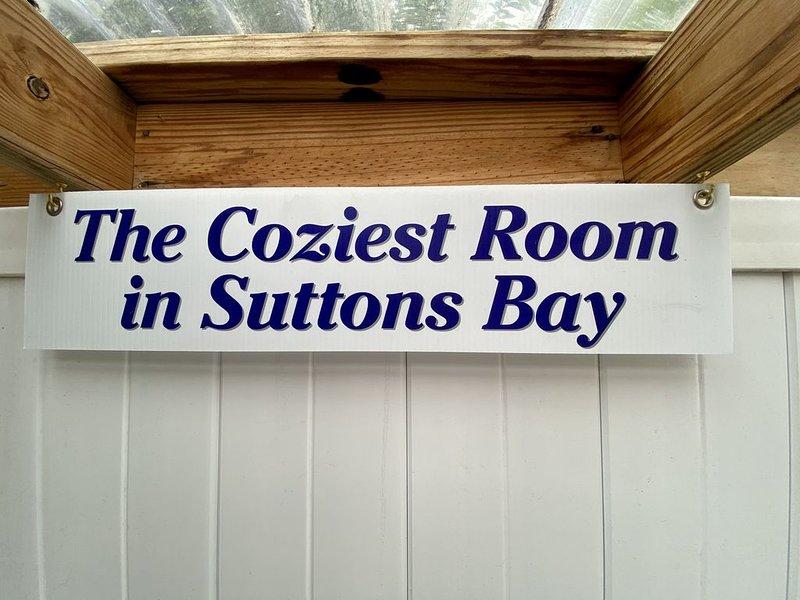 Cozy 2 room suite within walking distance of downtown Suttons Bay, location de vacances à Suttons Bay