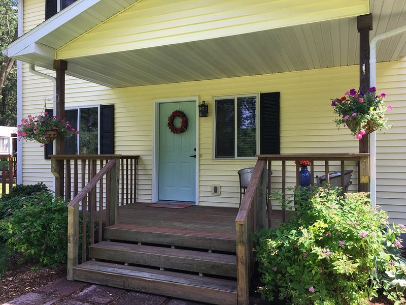 Devil's Lake Cottage - Family Friendly a block from State Park Entrance!, holiday rental in Merrimac