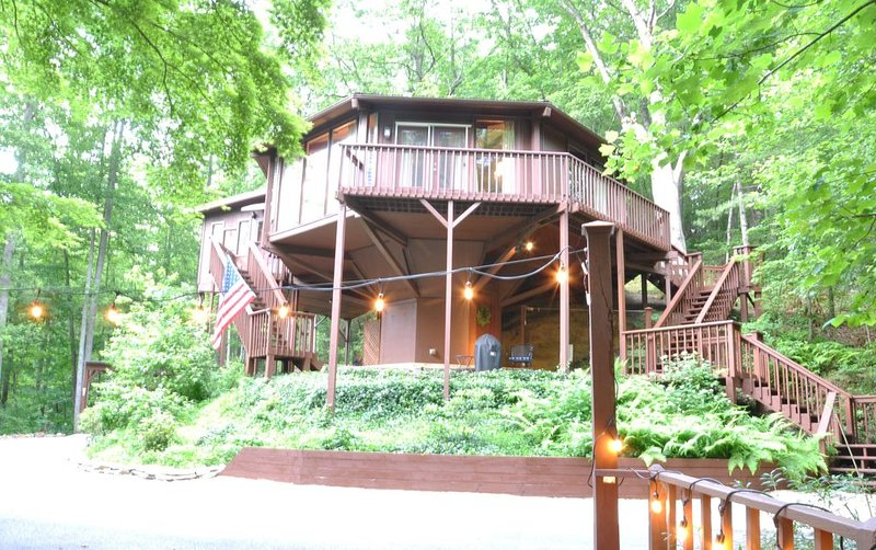 Stay in a Treehouse near the Great Smoky Mountains - Bryson City, NC, aluguéis de temporada em Bryson City