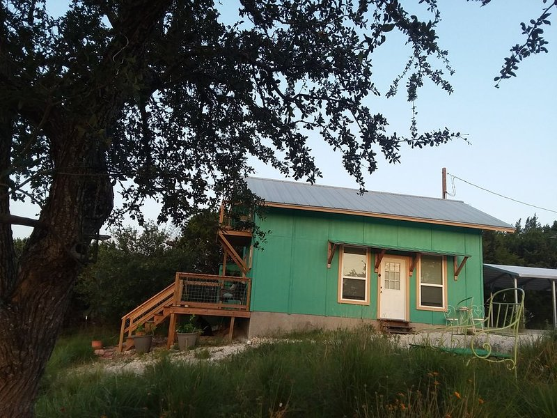 Nature Retreat on Spring wildflower prairie and Winter tall grass prairie, holiday rental in Pipe Creek