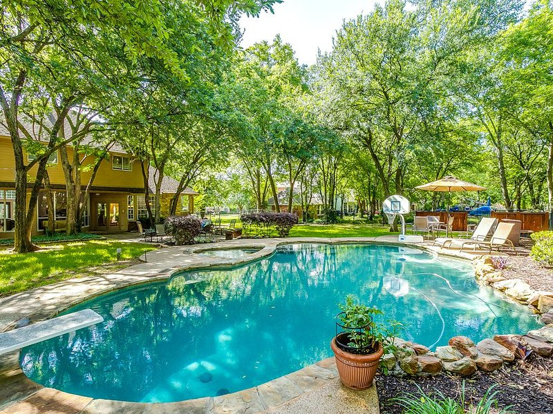 Backyard Oasis with Large Pool/Hot Tub Executive Home, location de vacances à Southlake