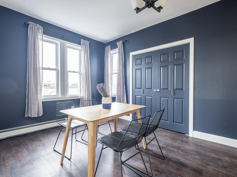 Modern & Comfy Apt For Your Group ★ 3 Bedrooms   Hosts 6 People, holiday rental in Providence