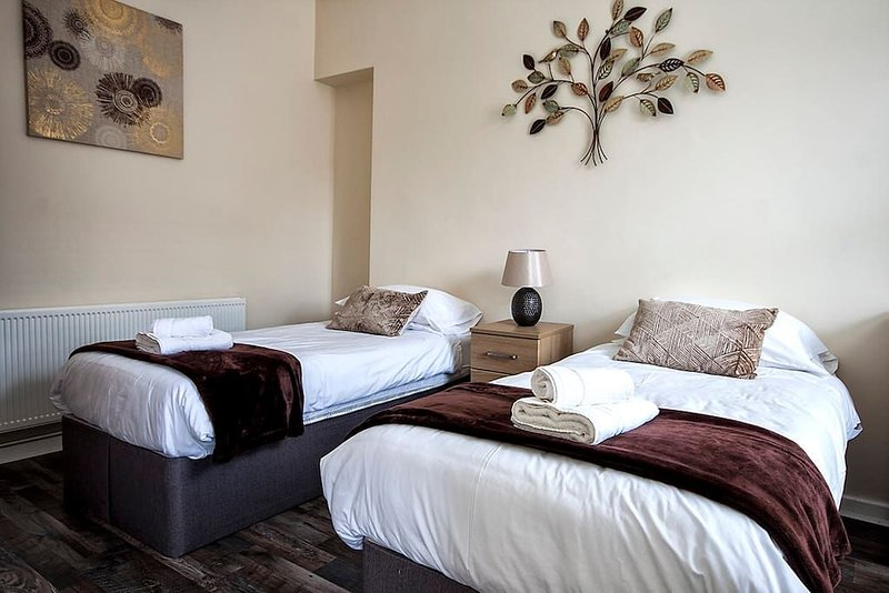 Jersey House - 5 Bed House, holiday rental in Skewen