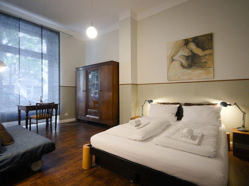 Große Altbauwohnung mit bis zu 5 Schlafräumen, 2 Eingängen und 3 Badezimmern, holiday rental in Zepernick