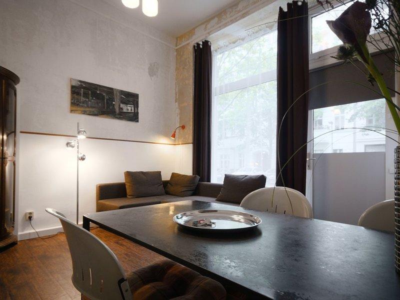 Altbauwohnung mit Schlafzimmer + Wohnzimmer mit offener Küche, Bad mit Dusche, holiday rental in Bernau