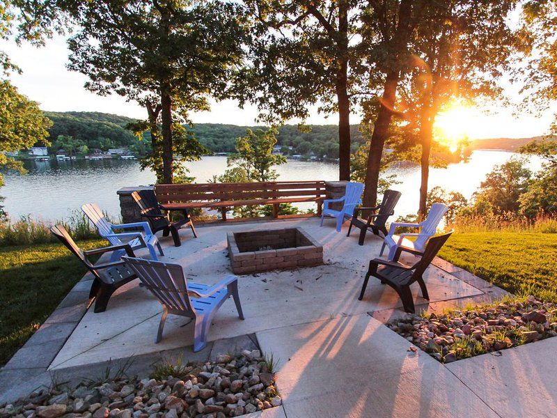 Large Luxury Home~Huge Dock~Perfect for Large Groups~Incredible Views, location de vacances à Camdenton