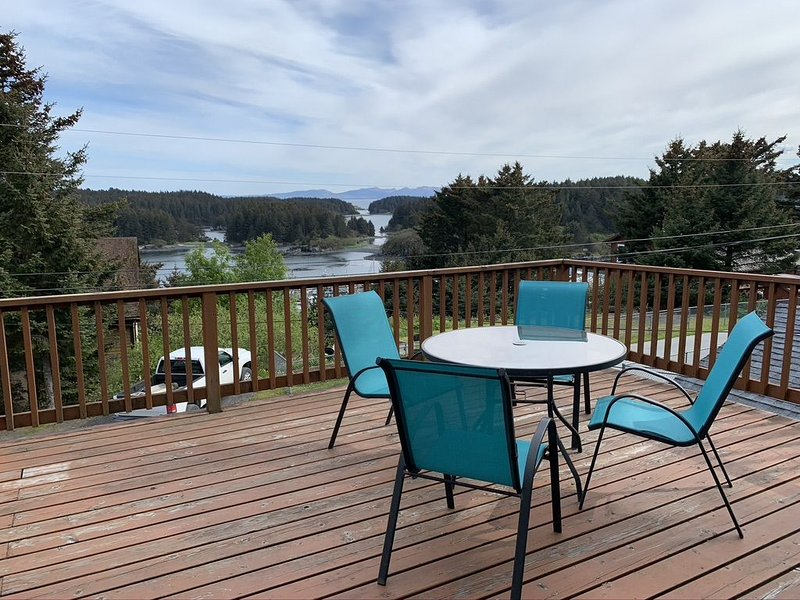 Mountain and ocean view home close to downtown and hiking trails, location de vacances à Île de Kodiak