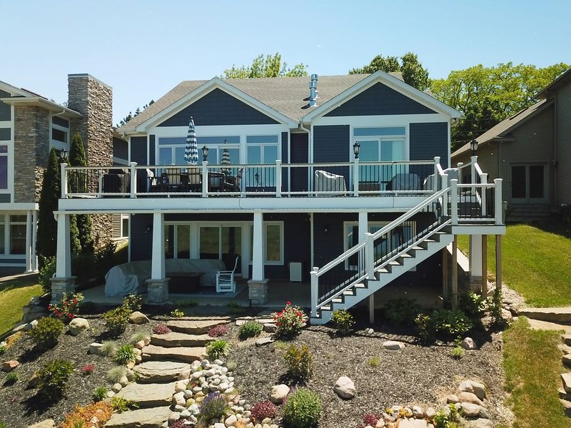 Jimmerson Blue: Luxury and comfortable lake living at its best with dock access, vacation rental in Hamilton