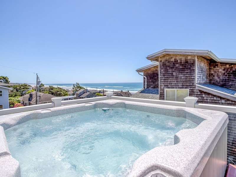 Beautiful Ocean View, 4 Bedroom Home with Hot Tub Located in Roads End!, vacation rental in Otis