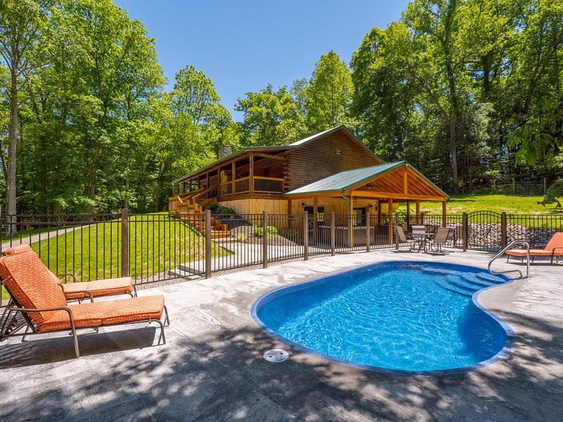 Beautifully remodeled lodge with 5 bedrooms, 3.5 baths, and seasonal in ground p, aluguéis de temporada em Starr