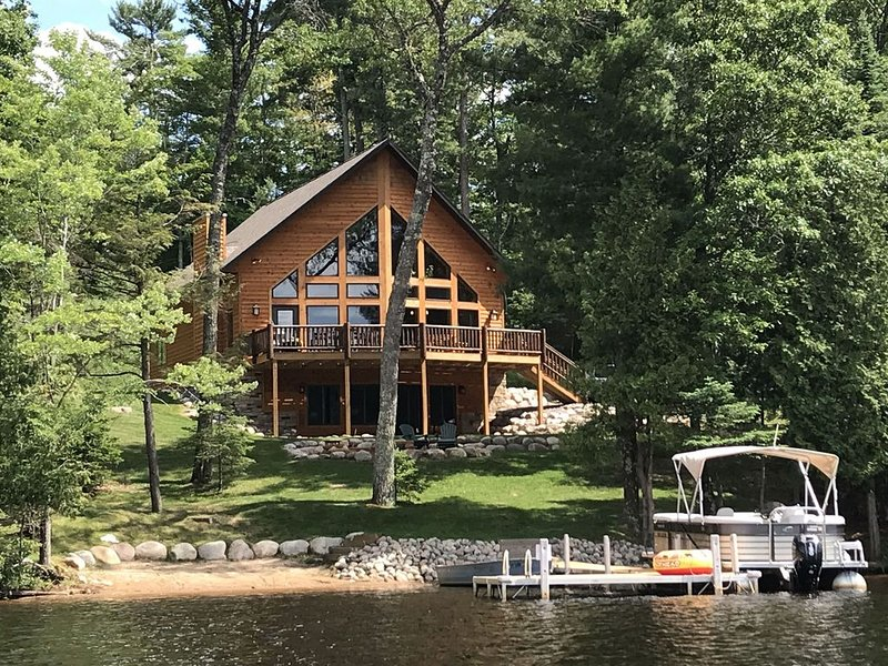 Gorgeous lakefront lodge w/ furnished deck, firepit, dock & boat, casa vacanza a Eagle River