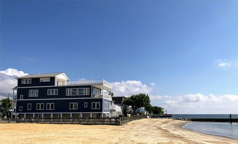 Bayfront Home with Amazing Rooftop Deck!, holiday rental in Calvert County